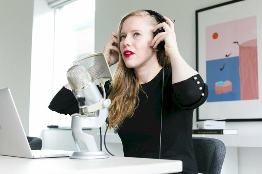 24-podcasts,-newsletters,-and-books-the-top-shopify-experts-are-paying-attention-to